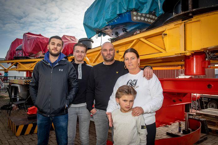 Het zijn moeilijke tijden voor kermisgezin De Poorter. Een tweede seizoen dreigt verloren te gaan. Toch willen alle kinderen het vak in. Vlnr Gilbert Jr. (23), Matthieu (15),  Gilbert Sr. (vader), Carola (moeder) & Pascal (8).