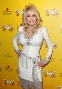 De Amerikaanse countryzangers Dolly Parton investeerde één miljoen dollar in het vaccin van Moderna.