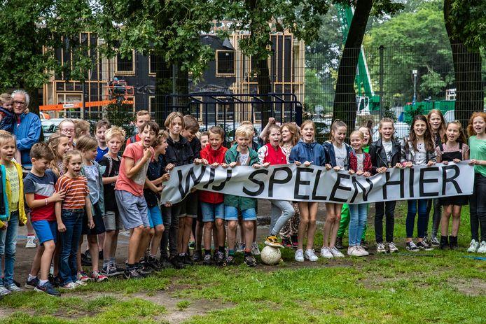 In juli protesteerden tientallen kinderen tegen het plan van de gemeente Voorst om het speelveld van basisschool de Wingerd flink in te krimpen om er parkeerplekken te bouwen.
