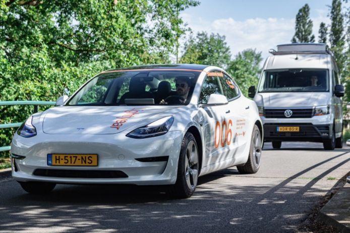 De twee onderzoeksvoertuigen van Lightyear bestaan uit een Tesla Model 3 en een VW Crafter