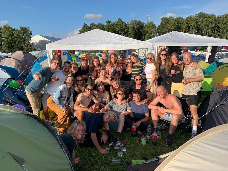 De vriendengroep van Emilie de Groot (in het midden, met petje) op Lowlands. Beeld privé-archief