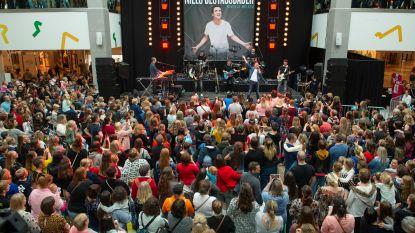 FOTOREEKS. Niels Destadsbader stelt nieuwe album voor in bomvol Wijnegem Shopping Center