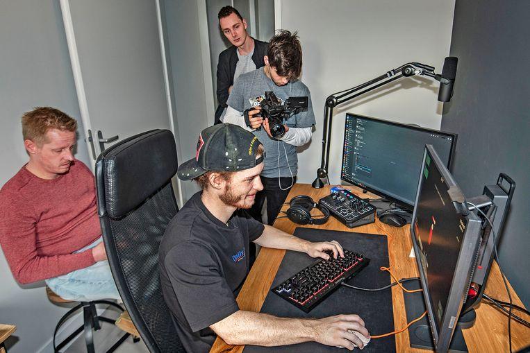 Voor de online versie van Andersens stuk zijn ook beelden gemaakt van Dave in actie. Achter verslaggever Andersen en de gamer staan Titus Knegtel en Maarten de Schutter die de hypersnelle bewegingen die de gamer maakt in beeld brengen.  Beeld null