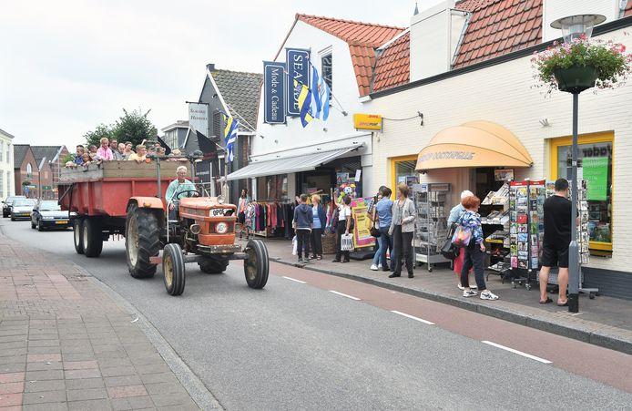Archief: van alles wurmt zich in het toeristenseizoen door de Dorpsstraat in Oostkapelle.