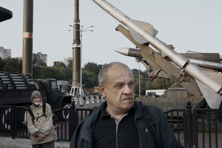 Forenzen wachten op hun bus in de buurt van een fabriek die militaire onderdelen produceert in Perm. Beeld Emile Ducke