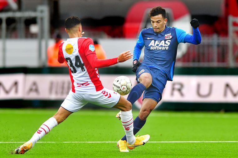 Ricardo van Rhijn (links), die evenals Nouri met rugnummer 34 debuteerde bij Ajax, draagt bij FC Emmen hetzelfde nummer als eerbetoon aan zijn oud-ploeggenoot. Beeld Pro Shots / Ron Jonker