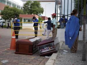Dans cette ville d'Équateur, les cercueils sont déposés dans les rues: les photos tragiques