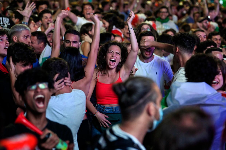 Italianen juichen voor hun nationale ploeg in Rome zondag tijdens de EK-finale tegen Engeland.  Beeld EPA