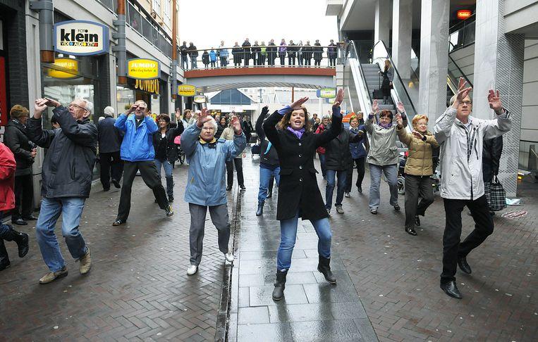 Een flashmob in het Papendrechtse winkelcentrum De Meent.  Beeld Richard van Hoek
