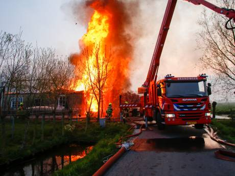 Woonboerderij uit 1880 in een uur geveld door brand: 'Mijn ezels sprintten naar buiten'