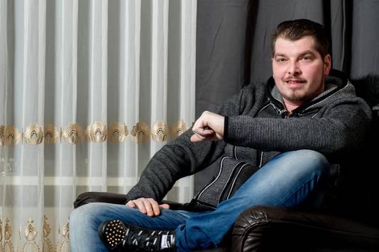 Volkszanger Wouter Roos uit Tiel zucht onder een ziekte waardoor hij bij daglicht niet naar buiten kan.