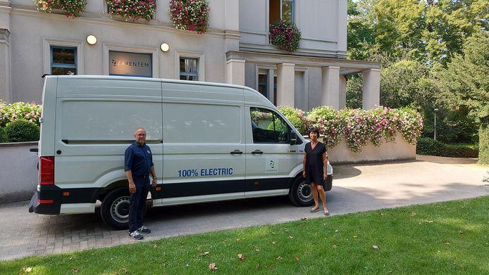 Schepen Wim Driesen en burgemeester Ingrid Holemans bij de nieuwe elektrische bestelwagen.