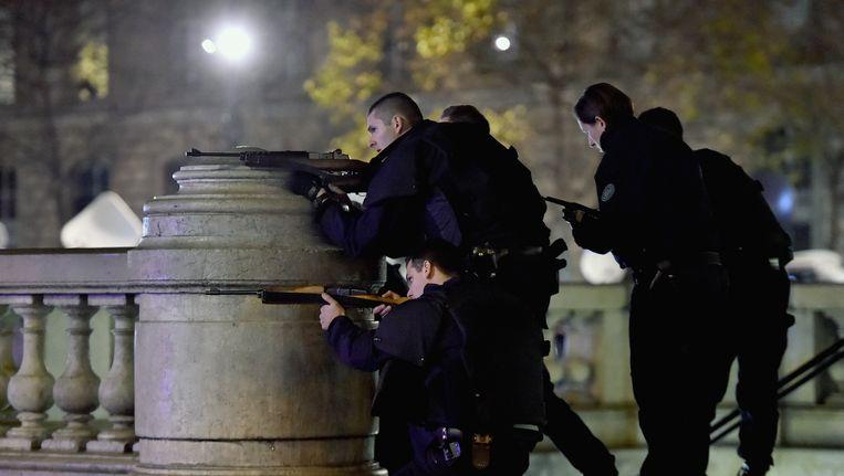 Franse agenten gisteren op Place de Republique in Parijs. Er brak paniek uit onder de aanwezige mensen, maar later bleek dat er niets aan de hand was. Beeld getty