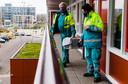 Vrijwilligers Gerrit de Boom (62) en Evelyn 't Lam (70) van Dierenambulance Zuid-Holland Zuid brengen een poes voor controle naar de dierenarts in Vianen. De eigenaar kan dit zelf niet meer.