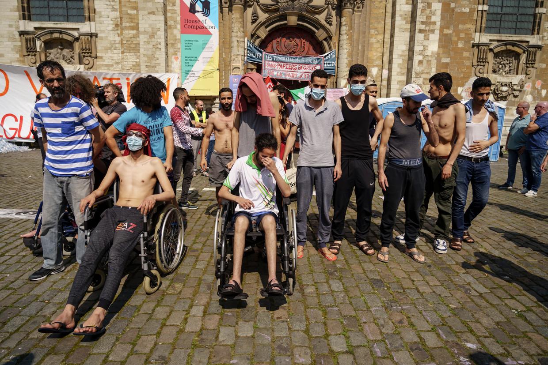 Aan de Begijnhofkerk in Brussel kwam er woensdag een einde aan de hongerstaking. Maar wat nu? Beeld Eric de Mildt