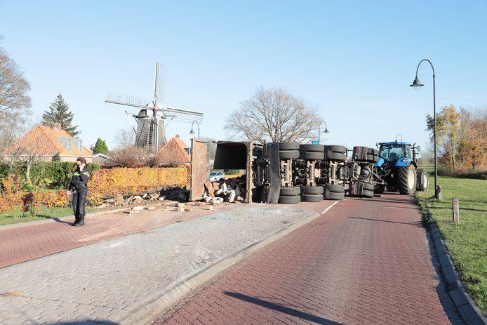 De aanhanger en lading versperren de weg in Ommen.