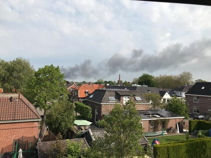 De brand in Laren veroorzaakt een grote rookpluim.