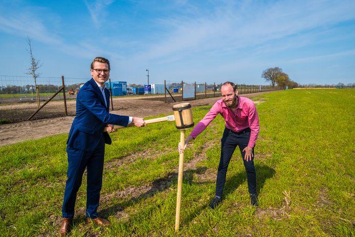 Wethouder Jaimi van Essen (links) en Roald Blijleven van Kronos slaan symbolisch de eerste paal voor het zonnepark Overdinkel