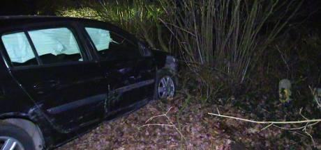 Auto vliegt uit de bocht in Glanerbrug, inzittenden spoorloos