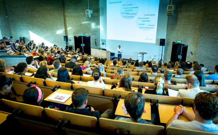 Aankomende eerstejaarsstudenten van de Erasmus Universiteit volgen een college om de kans op studiesucces te vergroten.  Beeld Hollandse Hoogte /  ANP