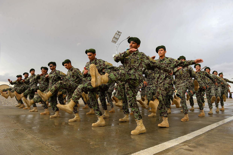 Afghaanse soldaten bereiden zich voor op de afsluitende ceremonie van hun opleiding.