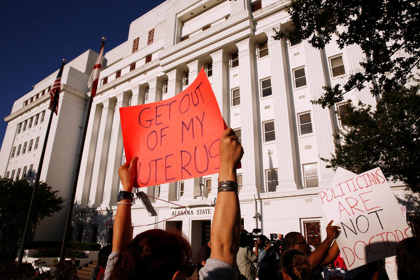 Tegenstanders van de wet in Alabama tijdens een demonstratie.