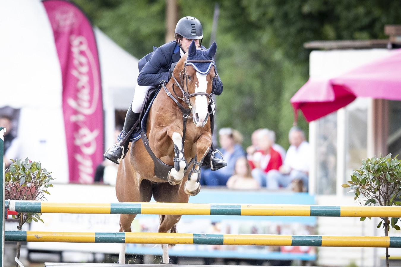 Pim Mulder in actie met zijn paard in betere tijden, de editie van de Almelose Ruiterdagen in 2019.
