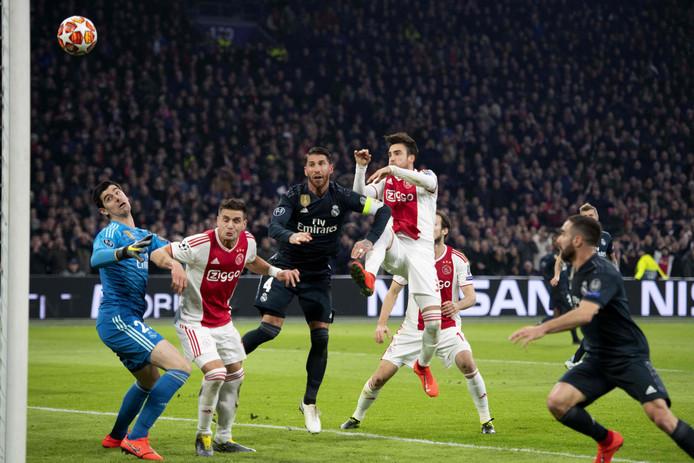 Het meestbesproken moment van de avond. Thibaut Courtois botst tegen Dusan Tadic, terwijl Nicolás Tagliafico raak kopt.