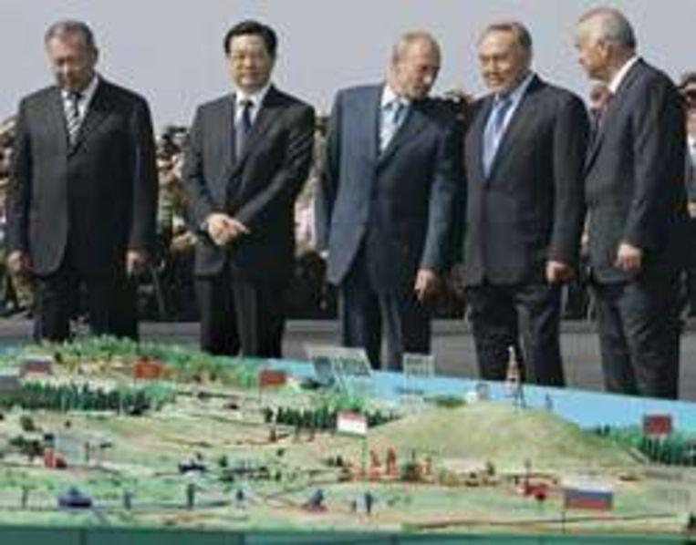 Hu Jintao (tweede van links) en Vladimir Poetin (derde van links). Beeld UNKNOWN