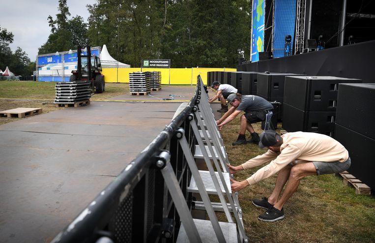 Het festivalterrein van Gelderpop wordt in gereedheid gebracht. De stage barrier wordt nog een stukje verschoven. Beeld Marcel van den Bergh / de Volkskrant
