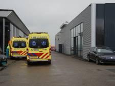 Medewerker autobedrijf in Eethen raakt bekneld en moet naar het ziekenhuis