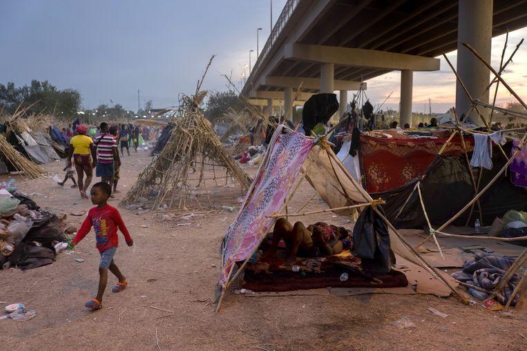 Een van de vervuilde tentenkampen aan de Mexicaanse kant. Beeld Getty Images