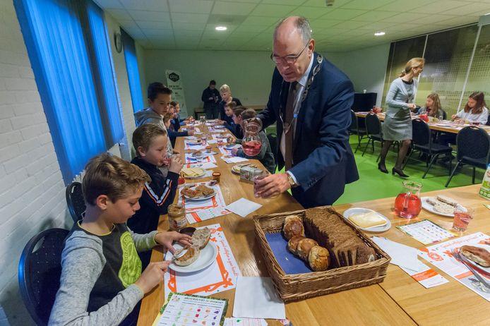Burgemeester Henny van Kooten tijdens een ontbijt met leerlingen van basisschool De Hoeksteen in Well in 2017.