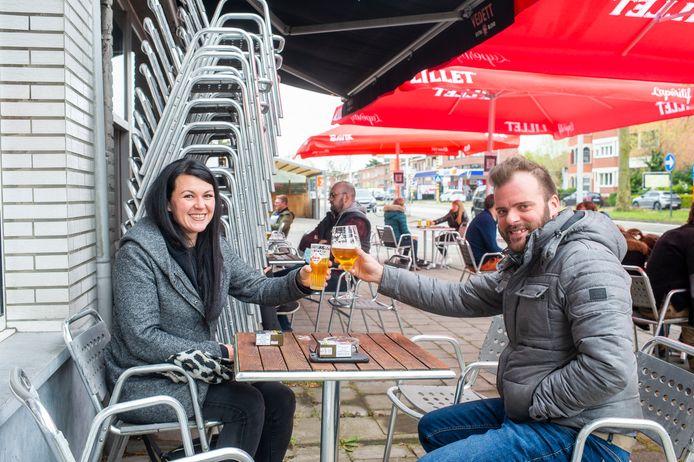 Susan (32) en Maarten (35) op het terras van Café Manger