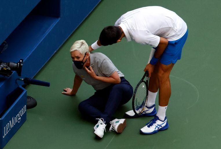 Djokovic verontschuldigd zich na het raken van een lijnrechter. Beeld EPA
