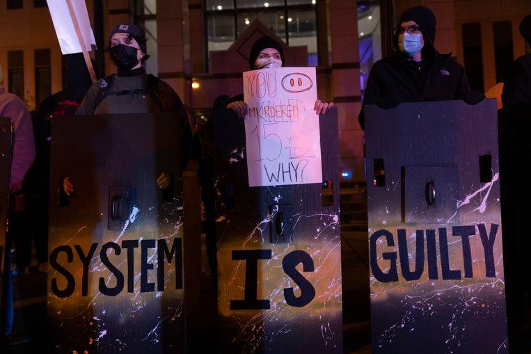 Demonstranten bij het politiebureau in Columbus, Ohio nadat een agent een 16-jarig meisje heeft doodgeschoten. Beeld Getty Images