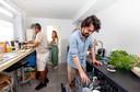 """Samen aan de slag in de keuken. Sami: ,,Marije en Emiel zal ik altijd blijven opzoeken."""""""