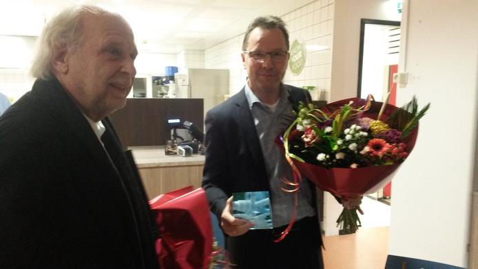 Winnaar Bart Overgaauw (r) met de maker van het beeld Han de Kluijver.