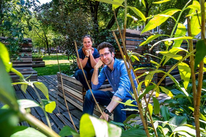 Stadsmaker Martine Sluijs en stadspyscholoog Sander van der Ham in het Moreelsepark, dat volgens hen veel potentie heeft om een stille plek in de stad te worden.