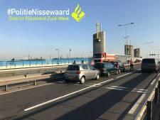 Hartelbrug richting A15 nu echte blackspot, voor vijfde keer auto's op elkaar gebotst