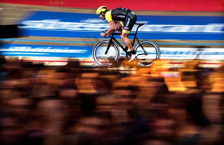 Fabian Cancellara rijdt in een bomvol 't Kuipke in Gent zijn laatste rondes op de de piste. Beeld Klaas Jan van der Weij