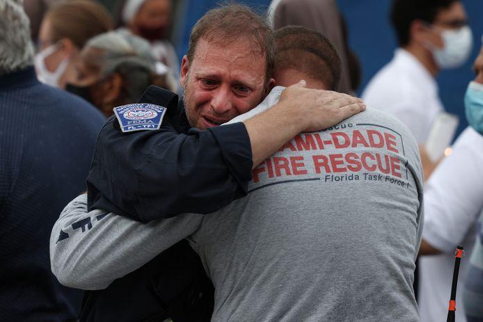Reddingswerkers zoeken troost bij elkaar nu de hoop op overlevenden is opgegeven.