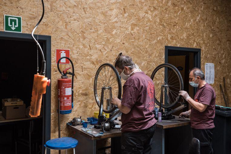 Fietsenmakers aan het werk in BrandweRK.  Beeld Wouter Maeckelberghe