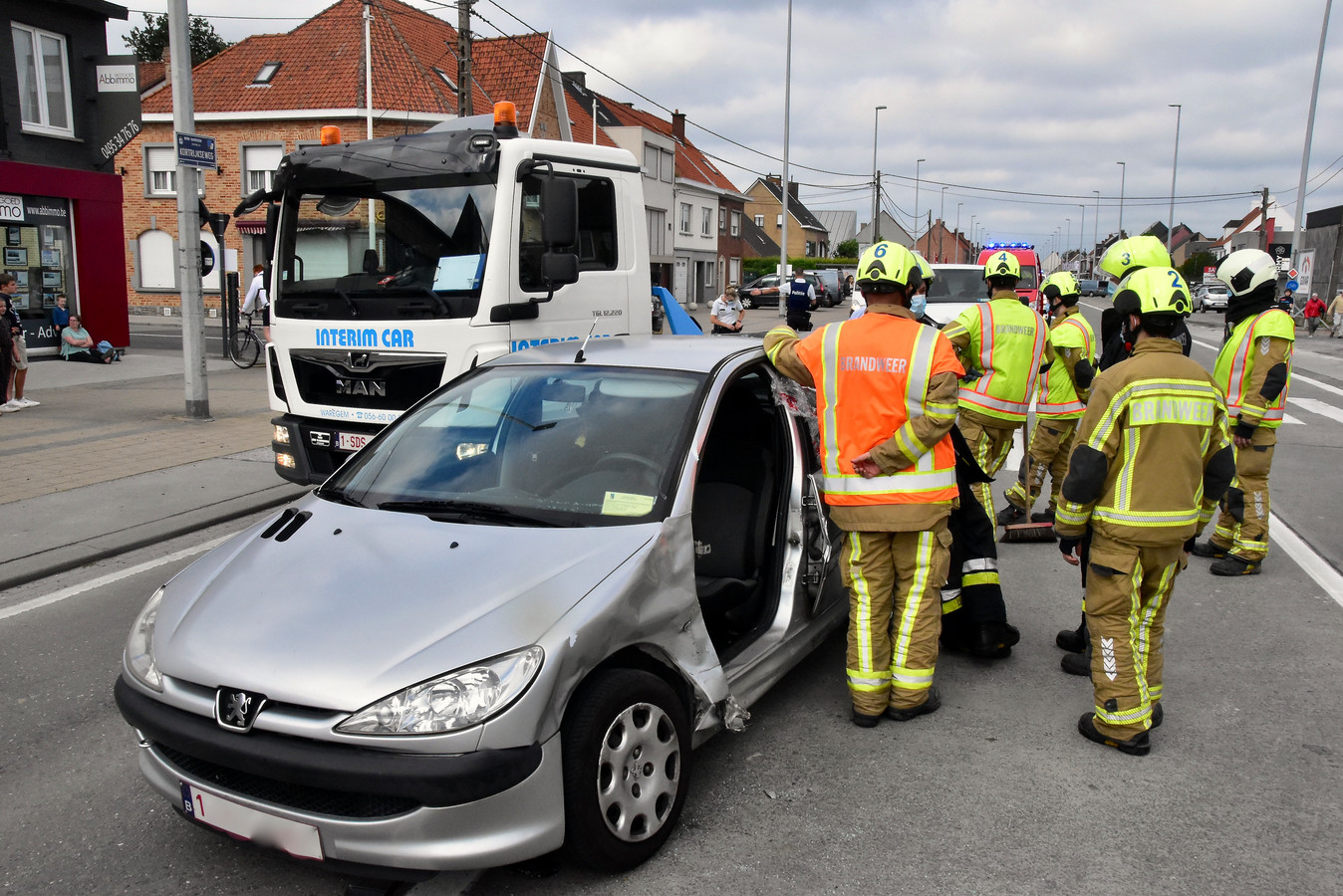 De brandweer verwijderde het bestuurdersportier van een Peugeot 206, na een botsing op het kruispunt van de Kortrijkseweg met de Kerkdreef in Beveren-Leie.