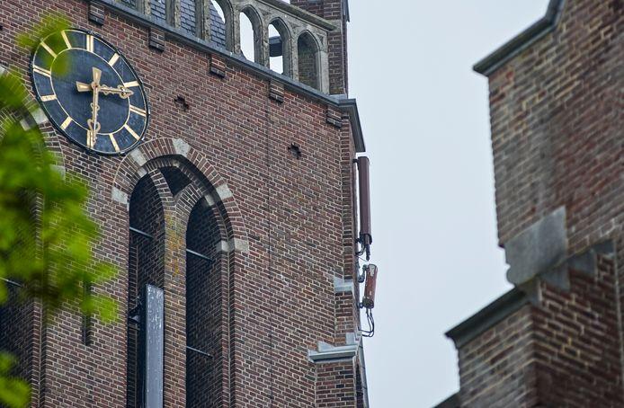 De telecomapparatuur aan de gevel van de Berghemse kerk is de heemkundekring een doorn in het oog.
