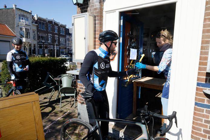 Ellen Enbers geeft gratis bier weg bij café Frowijn.