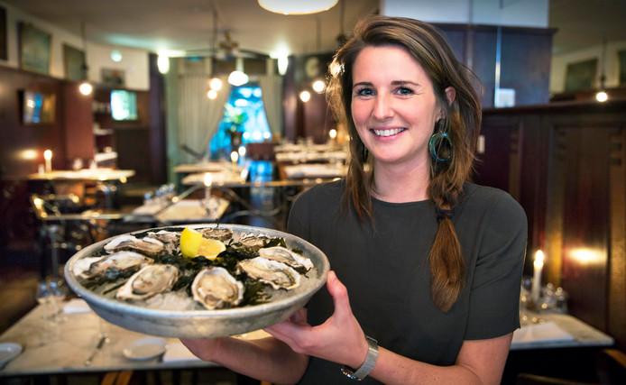 Romana Tomljanovic met een schaal overheerlijke oesters, bereid in Bistro Mer.