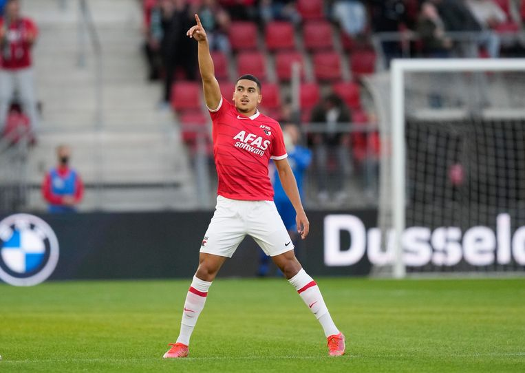 Zakaria Aboukhlal van AZ viert een feestje na zijn doelpunt. De 2-1- zege van AZ was uiteindelijk onvoldoende voor de de groepsfase van de Europa League.  Beeld AP