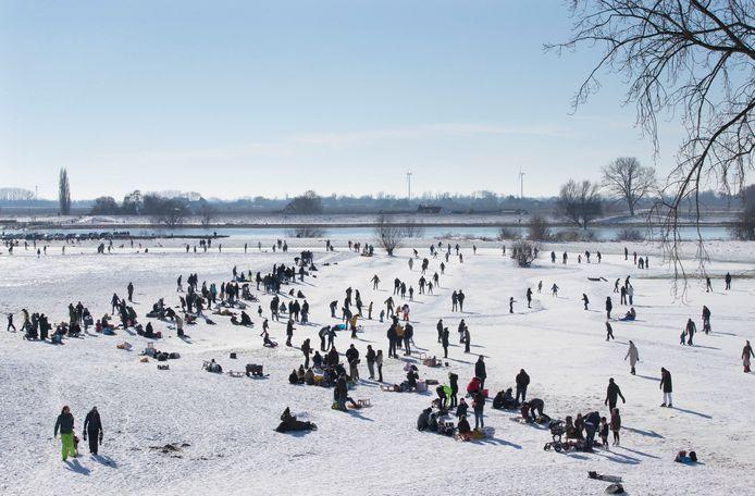 Schaatsliefhebbers rijden hun rondjes op De Veerwei aan de Veerweg in Rhenen. De Rhenense IJsclub zorgde er voor een sneeuwvrije ijsvloer. De eigen baan in de Blauwe Kamer kon door het hoge water niet open.