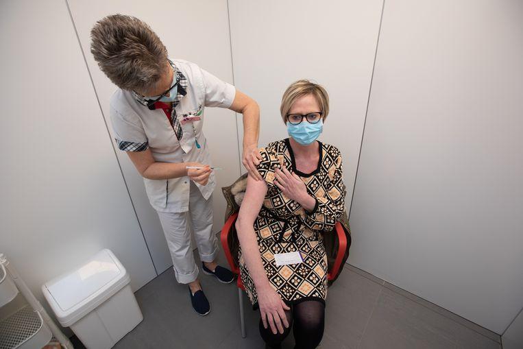 Zorgpersoneel wordt gevaccineerd in Tongeren. Beeld Mine Dalemans